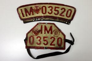 rote Motorrad Händler Nummernschilder