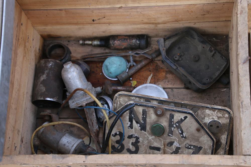 DDR Motorrad Nummernschilder in einer alten Kiste mit Ersatzteilen