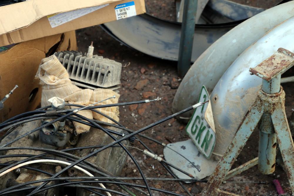 Altes grünes Mopet Versicherungskennzeichen an einem Schutzblech