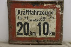 Altes Verkehrsschild Geschwindigkeitsbeschränkung mit zwei Geschwindigkeiten
