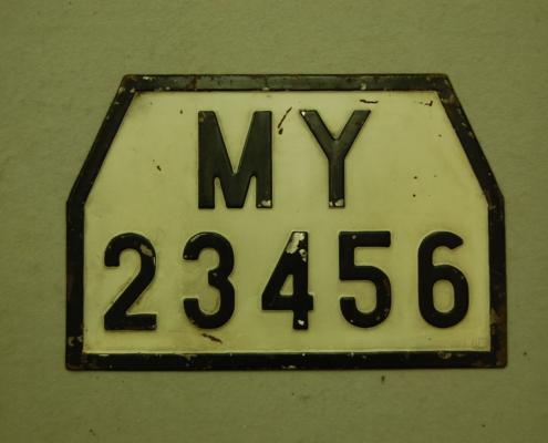 altes unbekanntes geprägtes Nummernschild