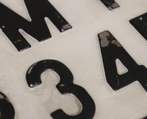 Geprägte Zahlen bei altes unbekanntes geprägtes Nummernschild